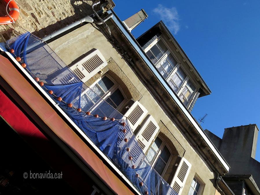"""Concarneau és conegut com la """"ville bleue"""" degut al color blau intens de les xaxes dels pescadors"""