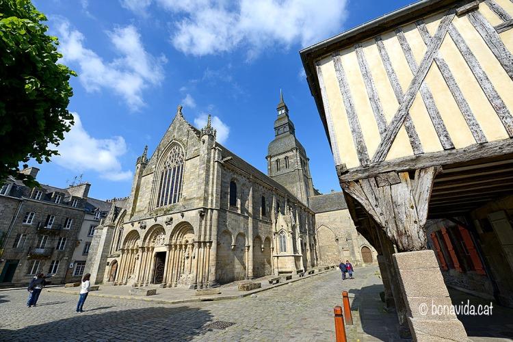 Admirant la Basilique St. Sauveur, al centre del poble