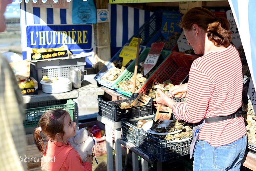 """Grans i petits venen a tastar les famoses """"huîtres"""""""