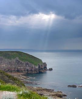El cel tapat sobre el Cap Fréhel oferint eslcetxes de llum