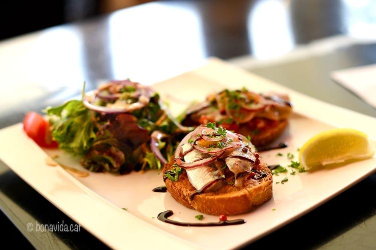 La gastronomia continua sent part important de la ruta. Degustant sardines bretones