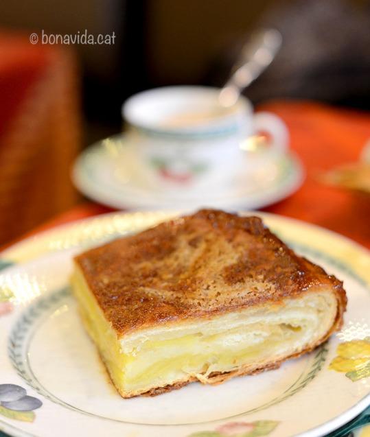 El Kouign amann (literalment pastís de mantega en bretó) és molt popular a La Bretanya