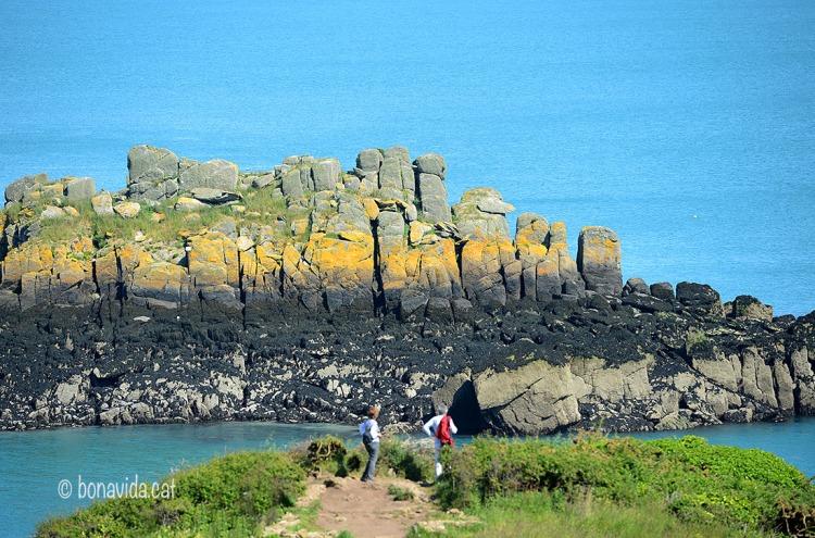 La tonalitat ocre de les roques contrasta amb la turquesa de les aigües