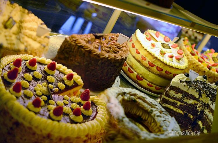 Mare meva quins pastissos!!! A tastar-los!!