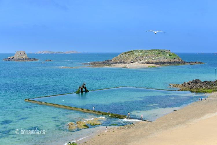 Quan baixa la marea queda una fantàstica piscina natural