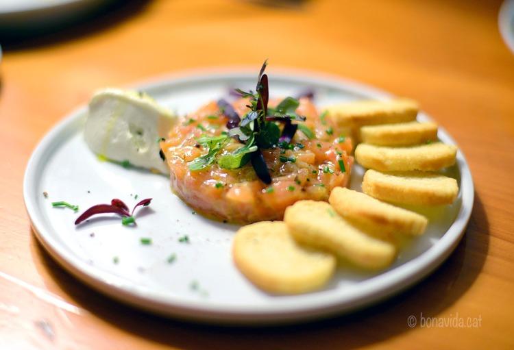 Tartar de salmó amb crema de formatge i wasabi
