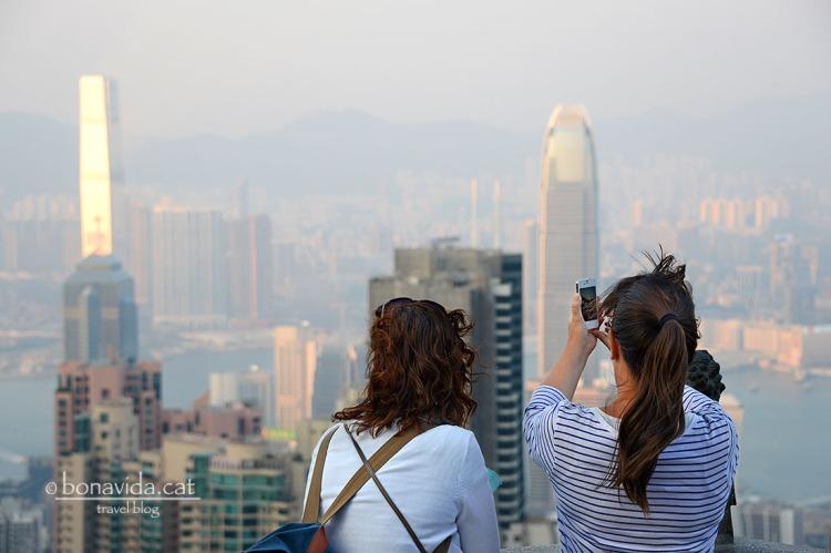 La Cristina i la Sílvia inmortalitzant les vistes