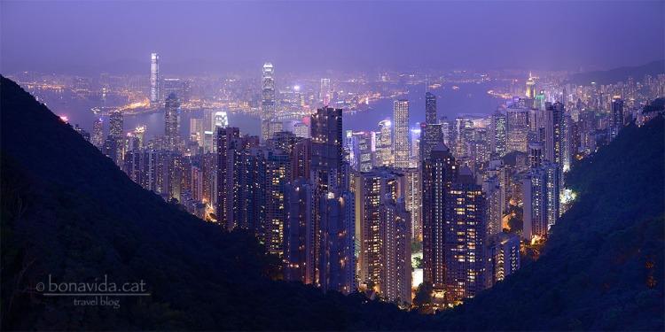 Quan arriba la nit, Hong Kong es mostra imponent