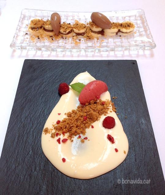 Pastís de formatge amb gelat de fruits vermells i plàtan amb xocolata