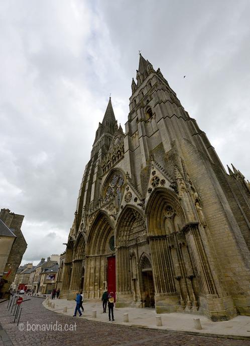Només trepitjar Bayeux, ens impressiona la seva Catedral