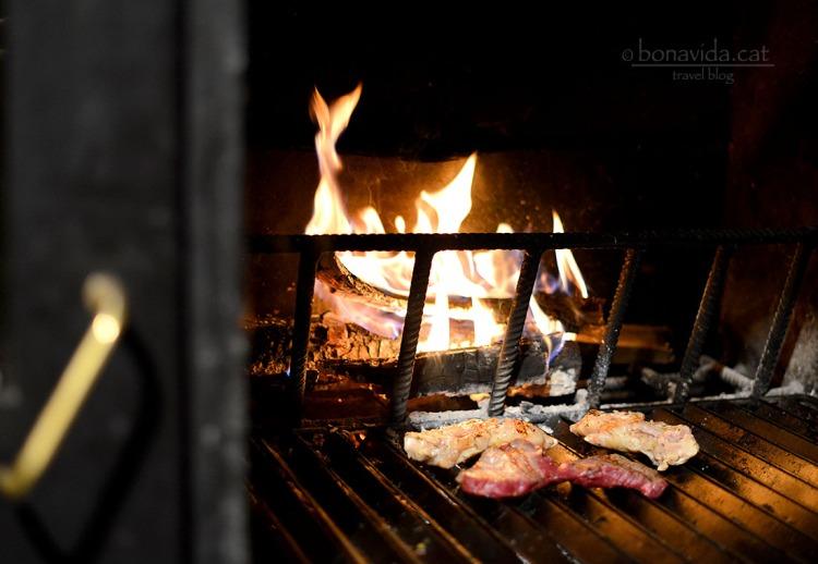 Carn a la brasa al restaurant La Borda Patxeta