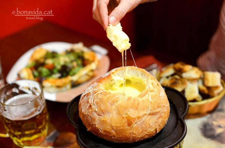 Degustant la fondue de formatge