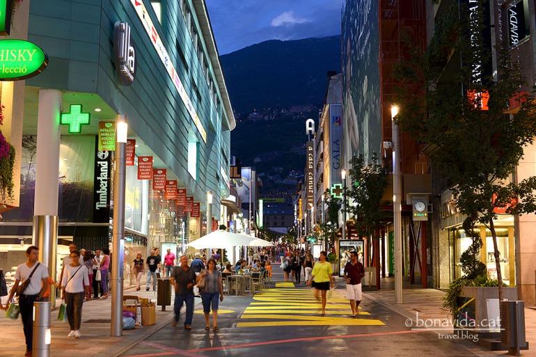 L'Avinguda Carlemany, d'Andorra la Vella, és on trobem el nucli comercial