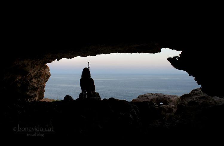 Dins la Cova Forada no és estranys trobar a algú meditant