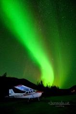 Aurora Boreal sobre un petit aeroport al mig del bosc. Alaska