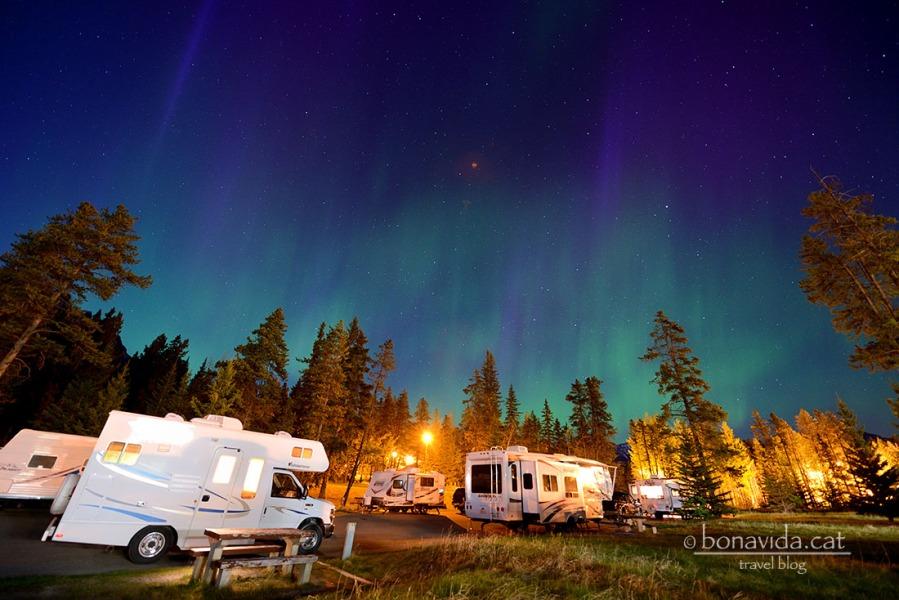Formació d'una aurora mentre acampem. Rocky Mountains, Canadà