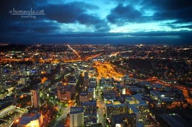 Auckland, la capital, és una de les ciutats més grans