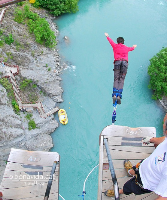 Practicant el jumping o puenting a Queenstown