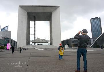 L'enorme Arc presideix l'esplanada