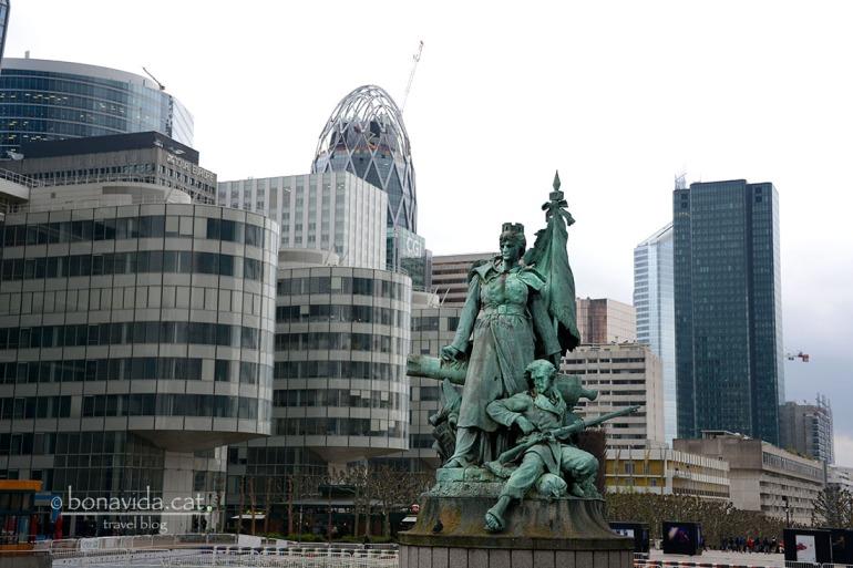 Monument  La Défense de París, que dóna nom al barri. Homenatge als soldats de la Guerra franco-prusiana de 1870