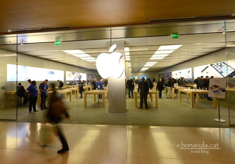 A l'interior de Centre Comercial trobem una botiga Apple oficial