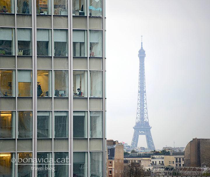 I entre els edificis d'oficines, al fons sempre destaca la Torre Eiffel