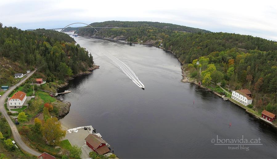 Literalment, aquesta barca navega entre Suècia i Noruega