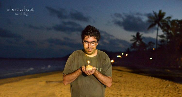 Ja soc un any més vell!!!! Bufant l'espelma a la platja.