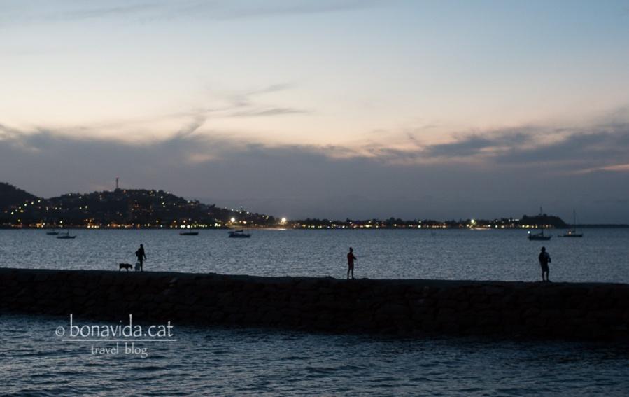 Port de la ciutat a la nit