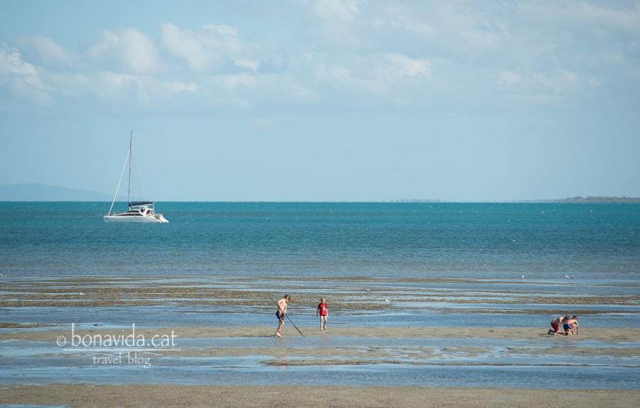 ...on la gent passeja aprofitant la marea baixa...