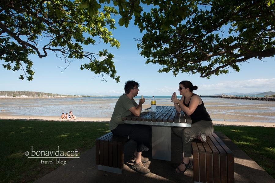 I fem un fantàstic àpat davant la platja de Bowen