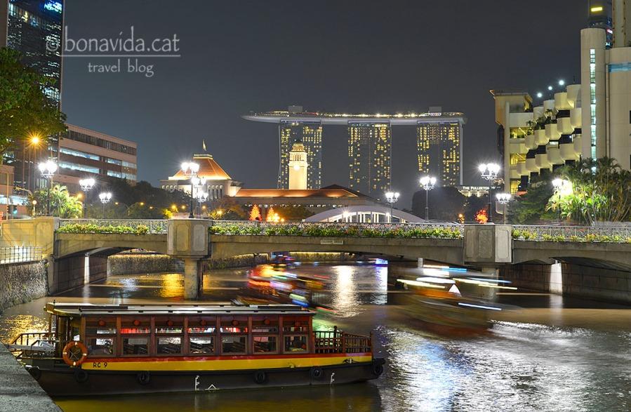 Singapur a la nit, amb el famós Marina Sand Bay al fons
