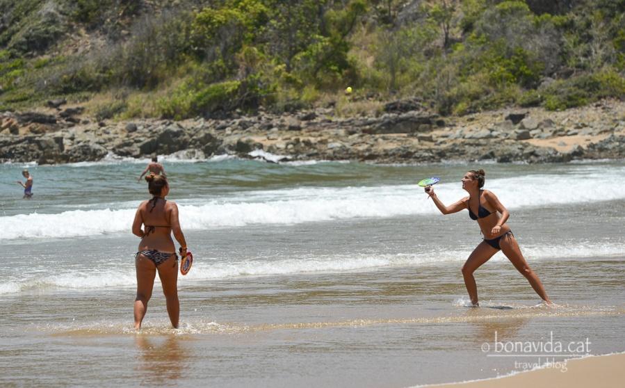 Tothom busca la seva diversió a la platja