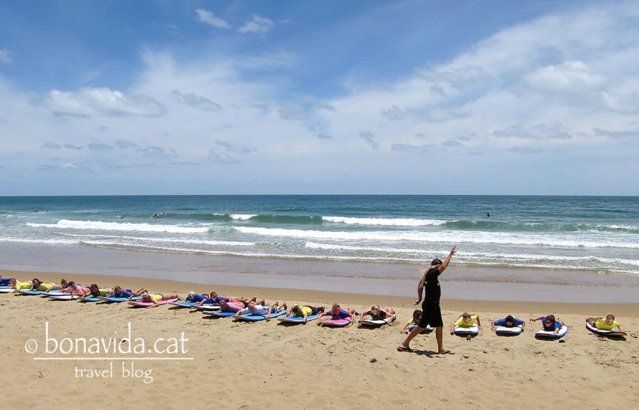 Aprenent els primers passos del surf