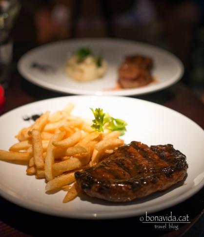 Tastant la famosa carn de Rockhampton...