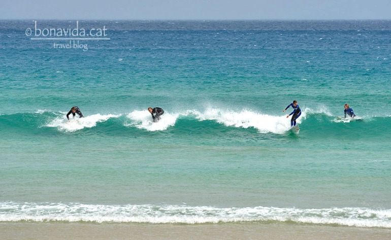 Surferos sobre les onades
