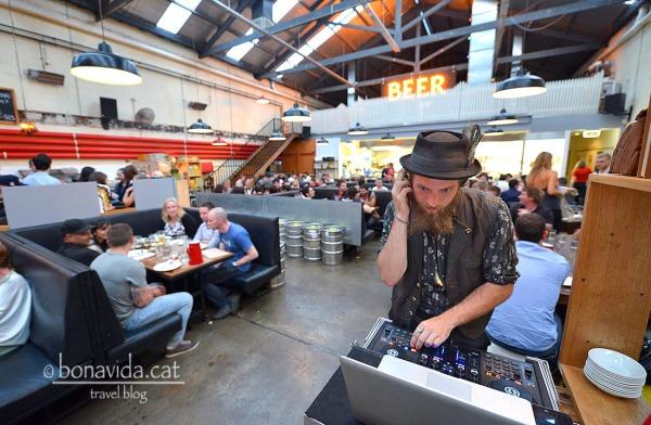 Molts locals tenen música en directe mentre sopes