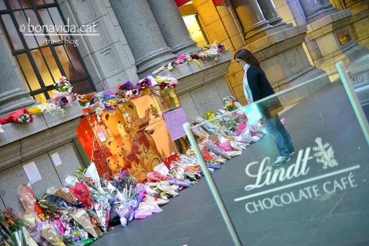 Coincidim en el temps amb el terrible segrest a la cafeteria Lindt de Sydney. Es fan ofrenes a totes les del país