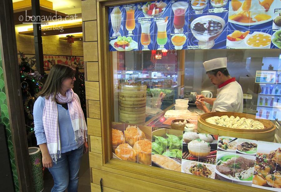 """Mirant bocabadats com fan els boníssims """"dumplings"""" al barri xinès"""