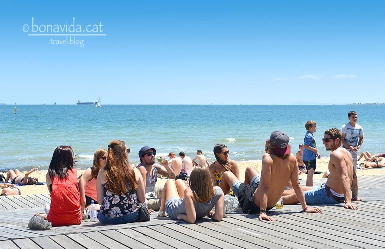 Joves a la platja de St. Kilda
