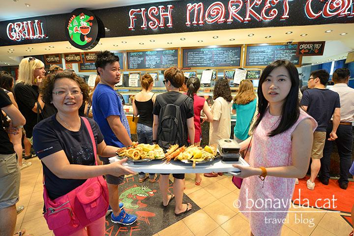 Al Fishmarket preparen plats per menjar allà mateix