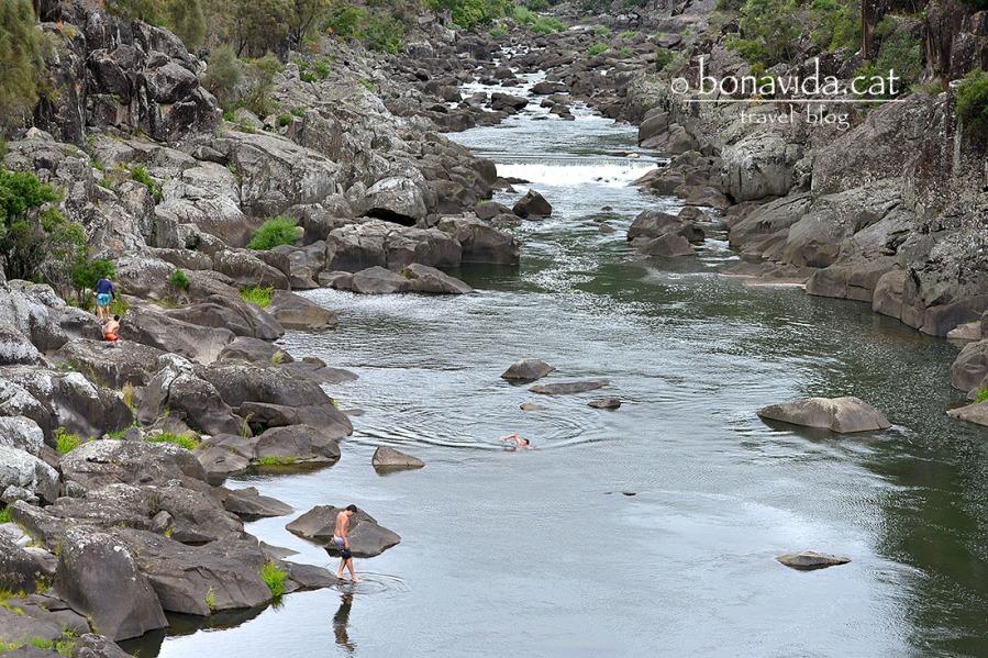Al riu trobem joves banayant-se