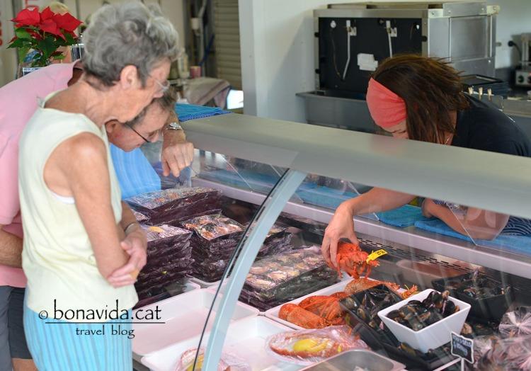 Triant una llagosta a Frecynet Marine Farm
