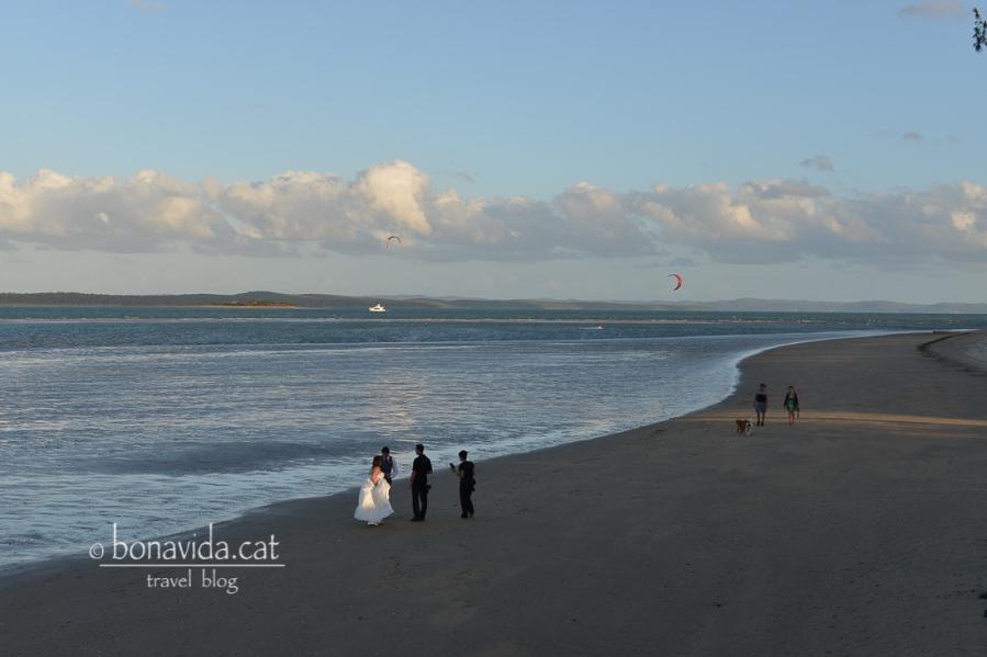 A fer-se les fotos del casament a la platja