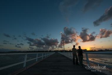 Contemplant la posta de sol a Urangan Pier