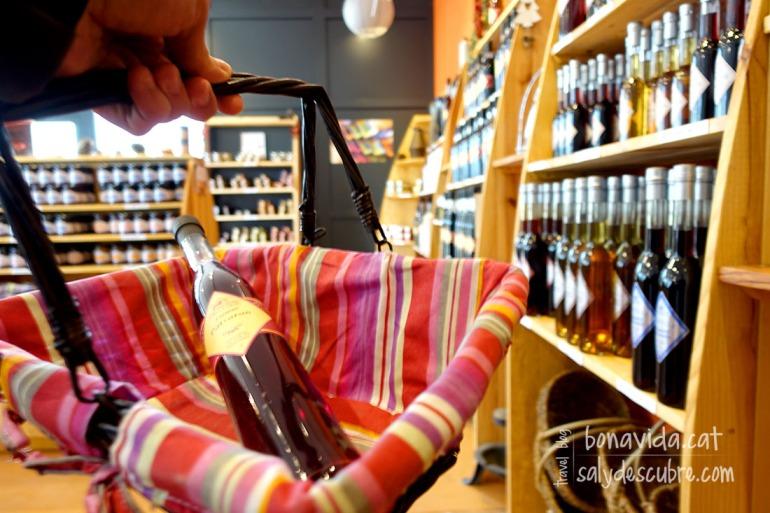 """No podem resistir-nos a comprar """"delicatessen"""" franceses. Licors, melmelades..."""