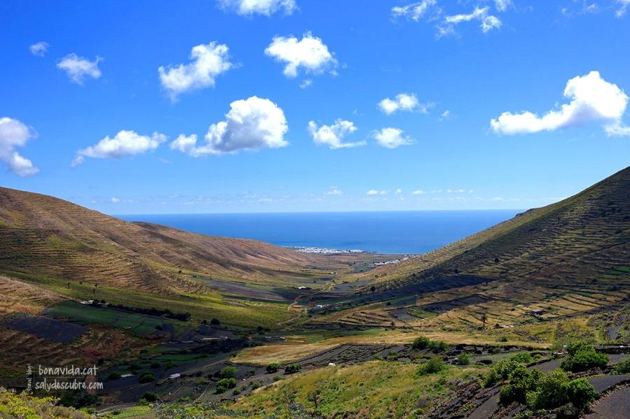 La carretera de Tabayesco a Haría ofereix unes vistes increïbles