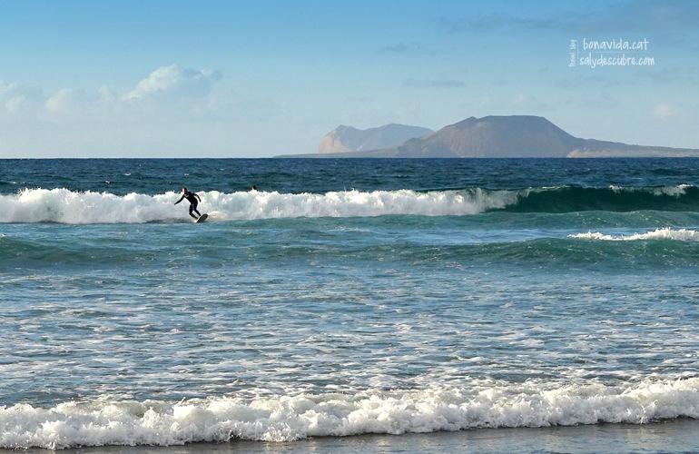 Surferos a la platja de Famara