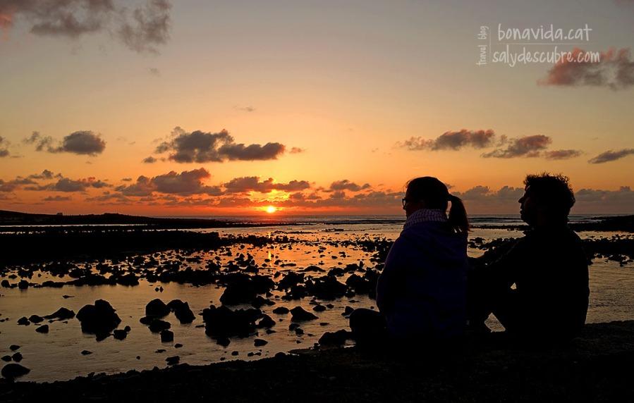 Ens encantem amb la posta de sol sobre el mar