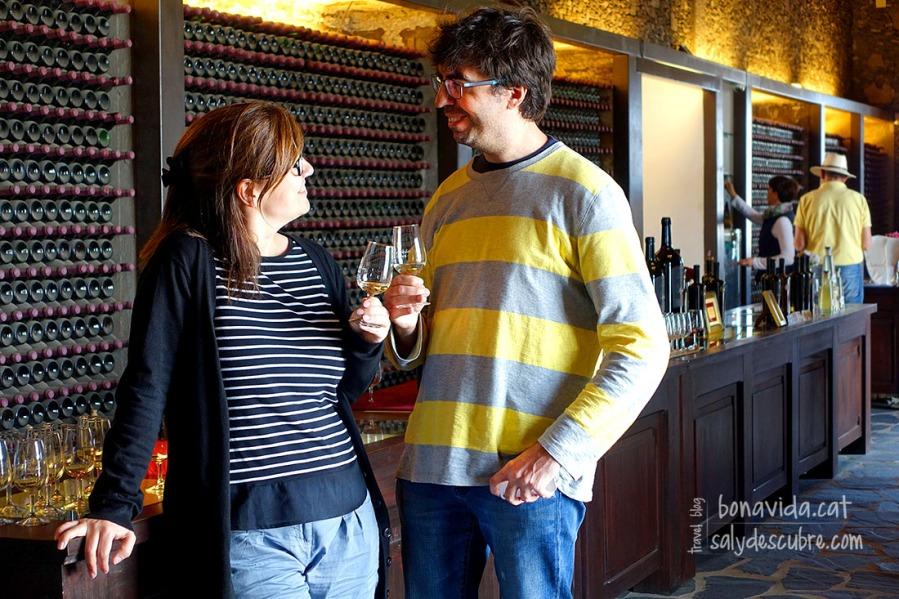 Fent un tastet de vins a la zona vinícola de La Geria